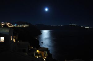 The moon from Santorini by GlueR