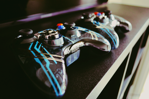 Halo 4 XBox Controllers by EvoIIICE9A