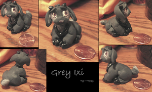 Mini Gray Ixi sculpture by HollieBollie