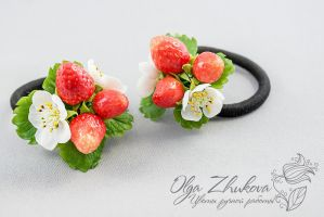 scrunchy with strawberries by polyflowers