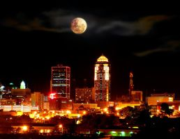 Full moon in Des Moines, Iowa by inflaymes