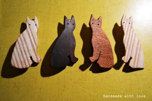 Wooden cat brooches by shimauuuma