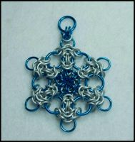 blue white chainmail snowflake by FeMailleTurtle