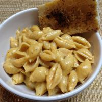 Bacon Shells n Cheese with Garlic Bread by dragoon811