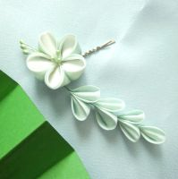 Green and white kanzashi pin by elblack