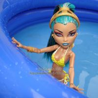 Nefera als Bademoden Model im Pool by IceBluemchen
