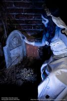 Emily and the grave.  Cosplay by Nanatanebramorte