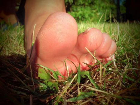 summer in the garden - big toes by Netsrot1971
