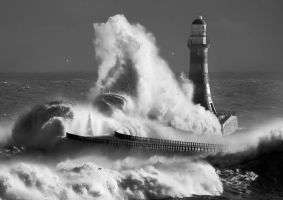 Roker lighthouse mono by jonboy247