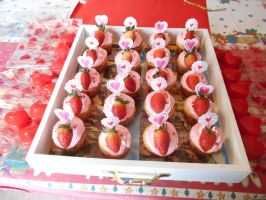 San Valentine strawberry cucpakes by ailgara