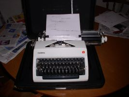 my typewriter of awesomeness by raumthemad