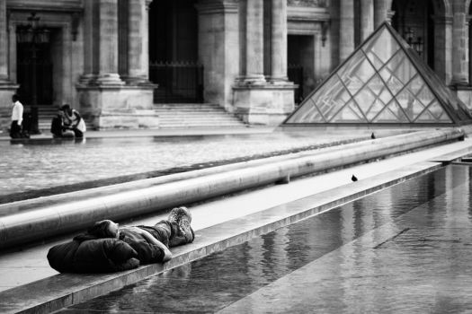 Relaxing at the Louvre by Stilfoto